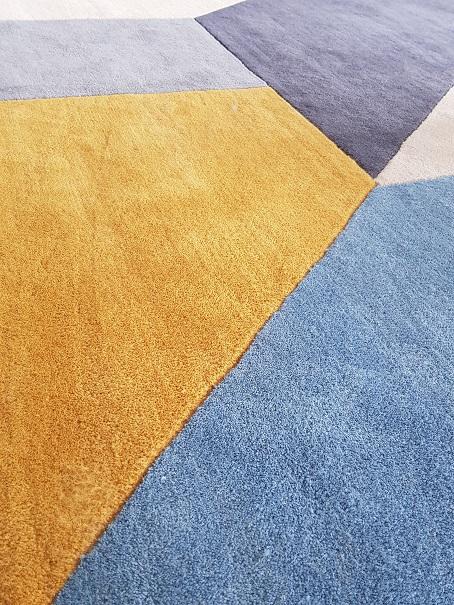 Zoom sur le tapis Holden de Made.com (coloris bleuet)